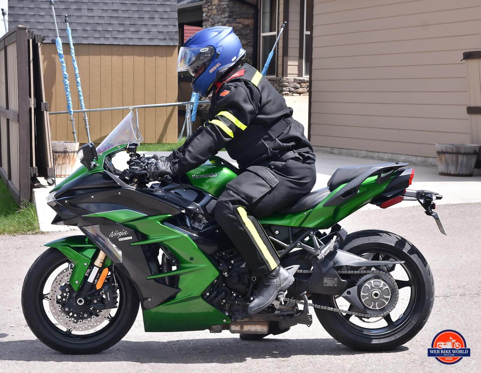 Me wearing The Shoei GT Air II on my Kawasaki Ninja H2SX SE.