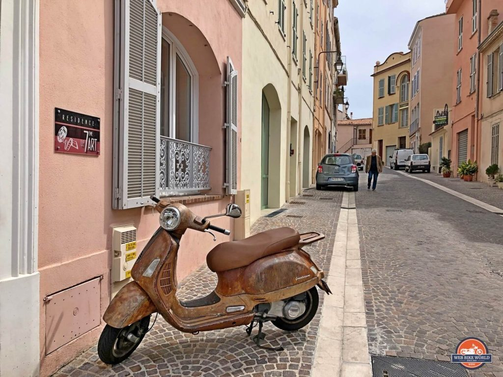 A scooter sitting in an alley in Grasse, France.