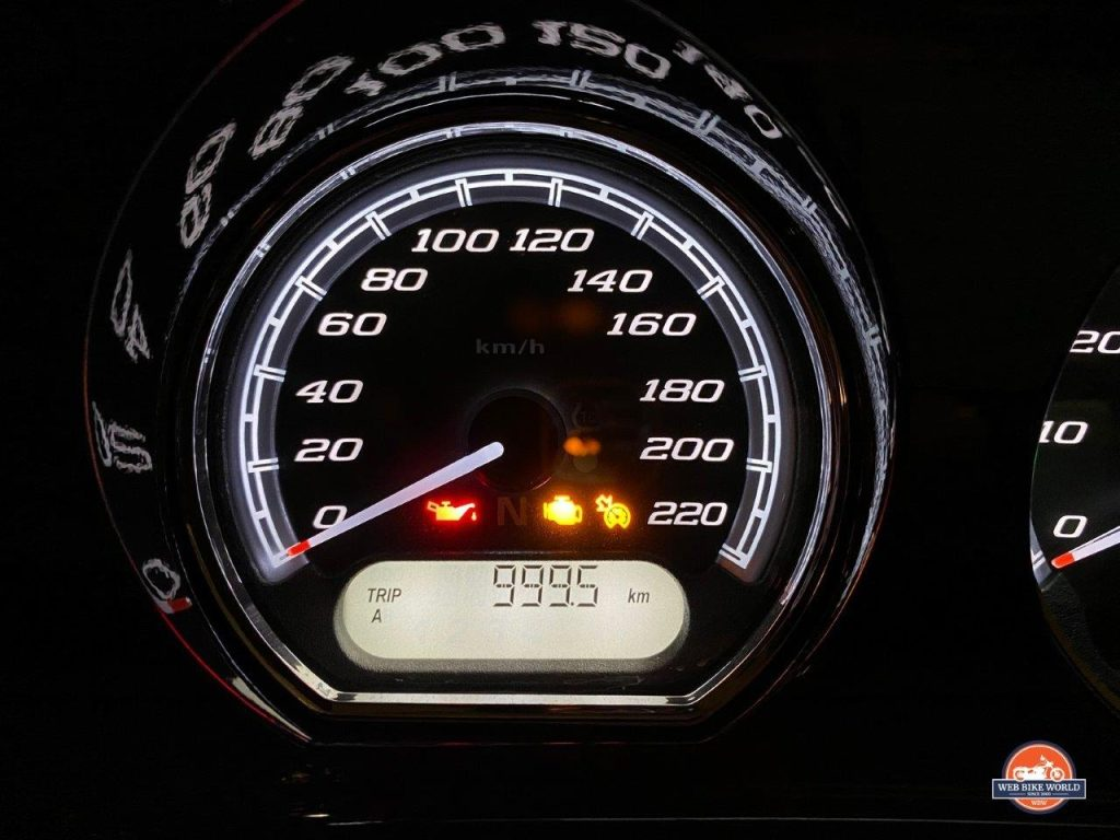 A Harley odometer reading just under 1000 kilometers.