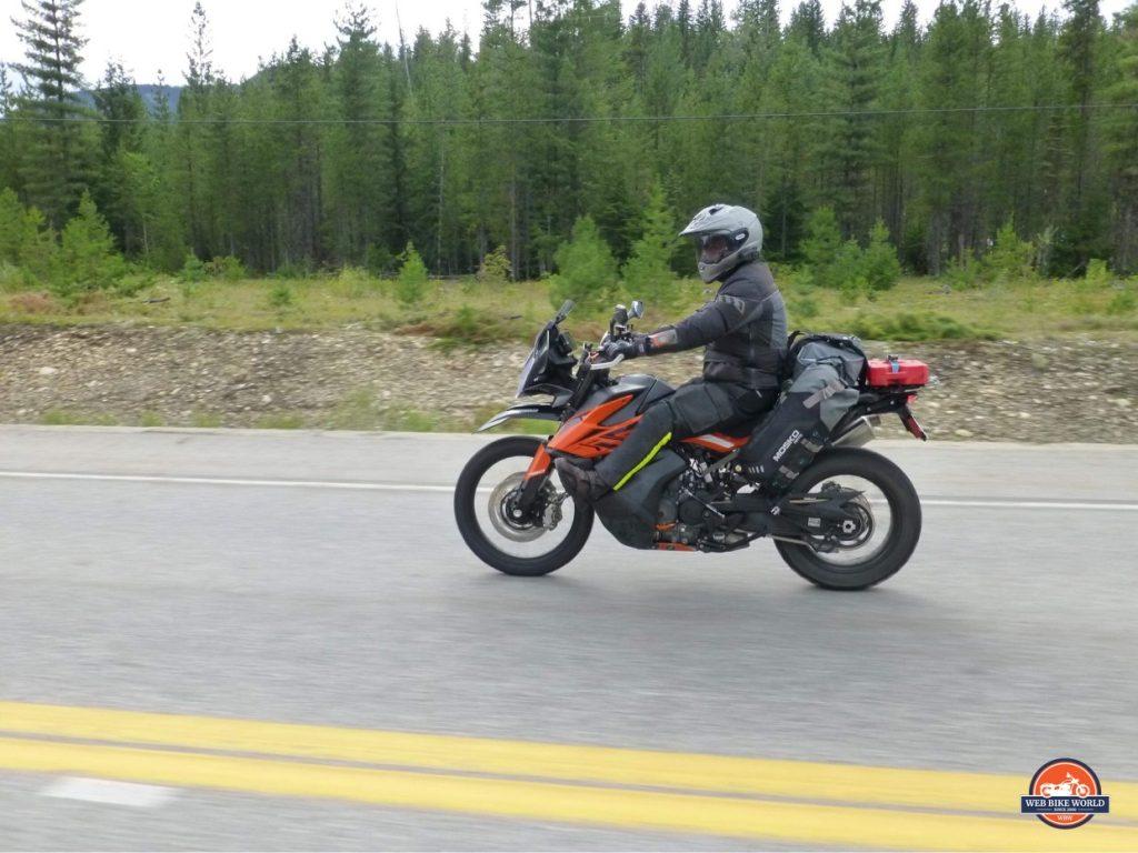 Jim Pruner riding his KTM 790 Adventure while wearing the Shoei Hornet X2 helmet.