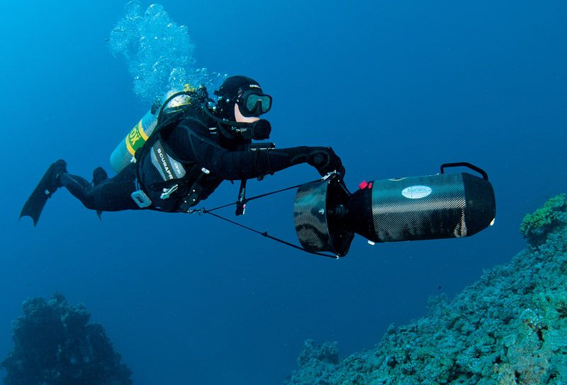 Scuba diver using underwater propulsion vehicle