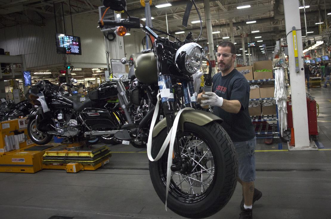 A mechanic prepares a Harley Davidson motorcycle for sale using the H-D1 ™ Marketplace